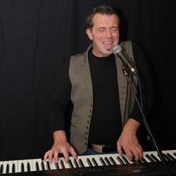 Bekijk foto 2 van Jim the Piano Traveller