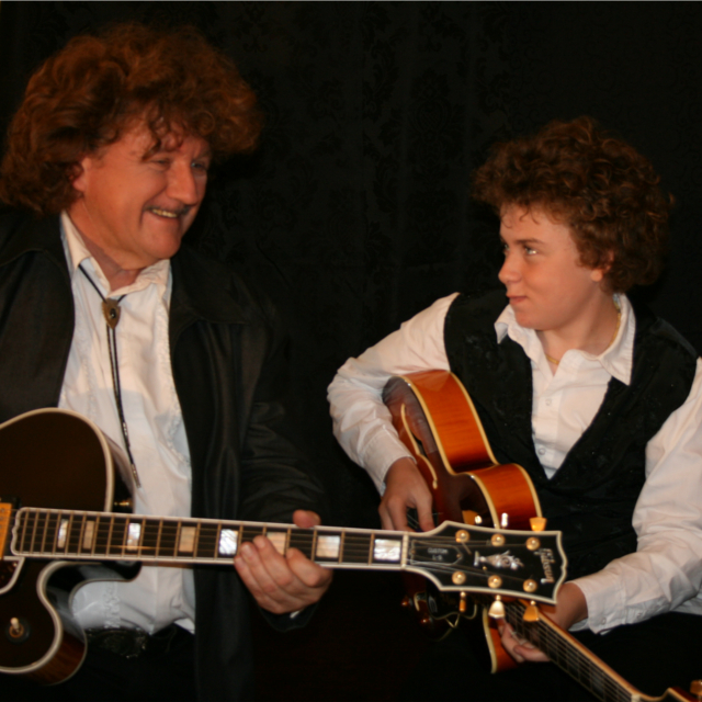 Bekijk foto 2 van Swinging Guitars